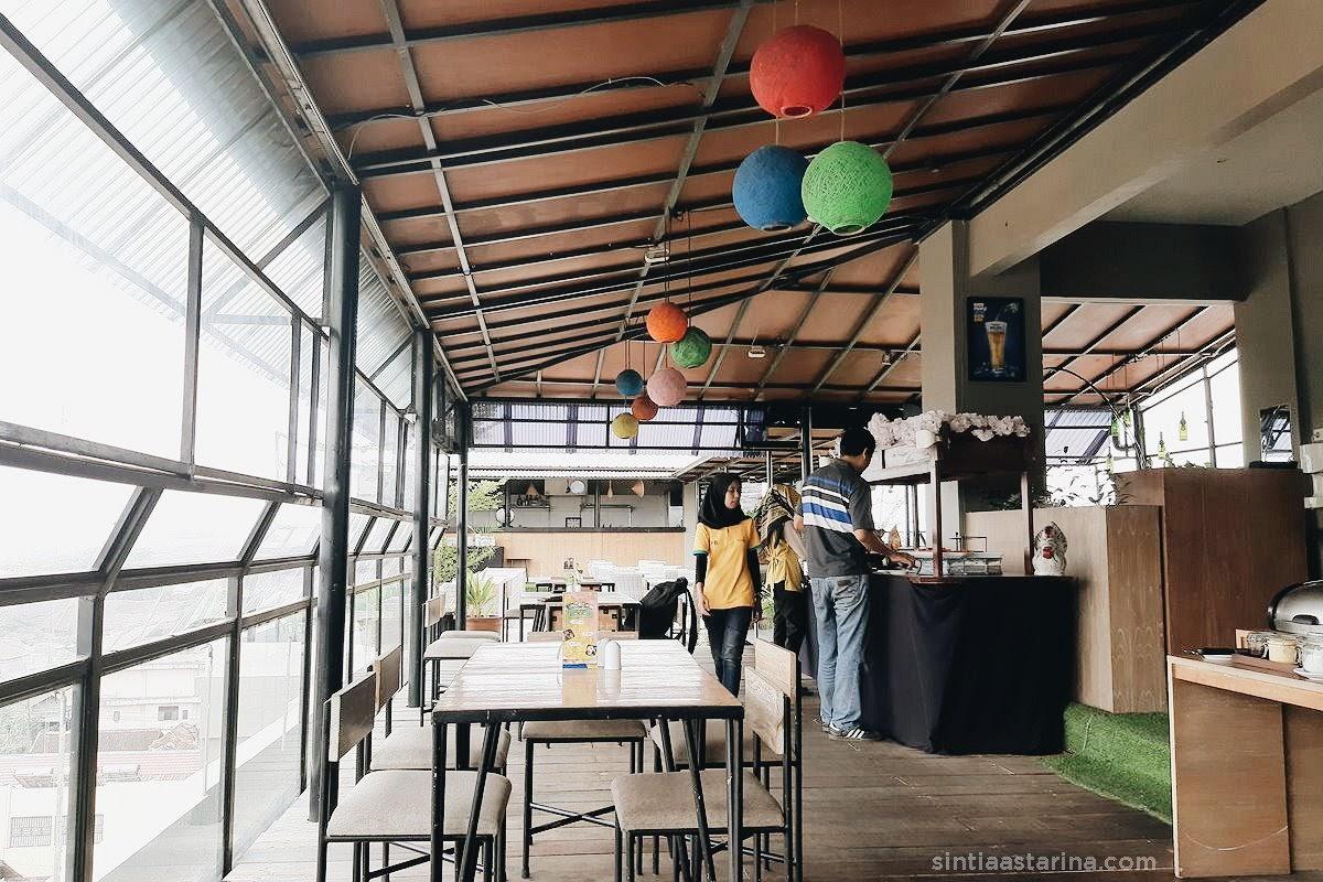 suasana indoor dan outdoor yellow star gejayan hotel, yogyakarta