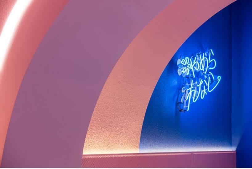 El diseño de este restaurante se inspiró en los pasillos cubiertos de cerezos en Japón