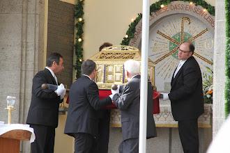Photo: Efter messen tages helgenskrinet væk og åbnes inden i kirken