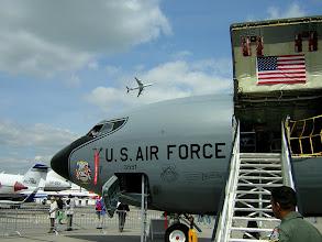 Photo: Powietrzny tankowiec KC-135, w tle startujący Airbus
