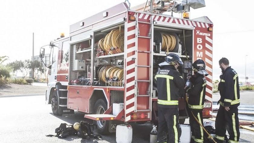 Los bomberos fueron los encargados de rescatar a la mujer.