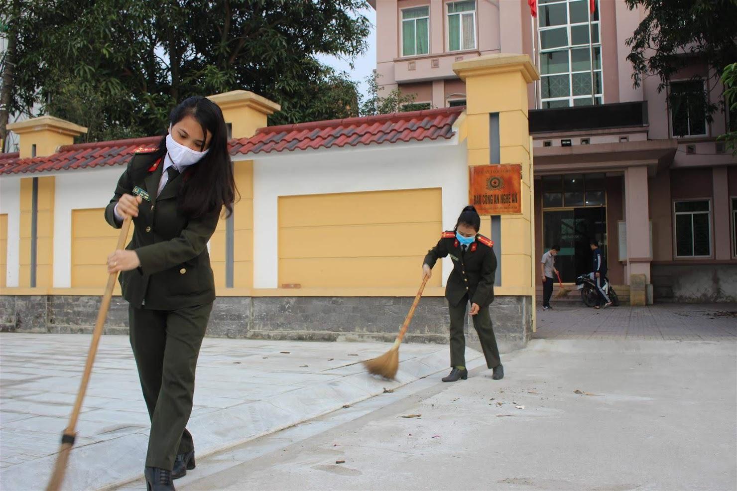 Đoàn viên Chi đoàn Báo Công an Nghệ An dọn dẹp vệ sinh trong và ngoài trụ sở