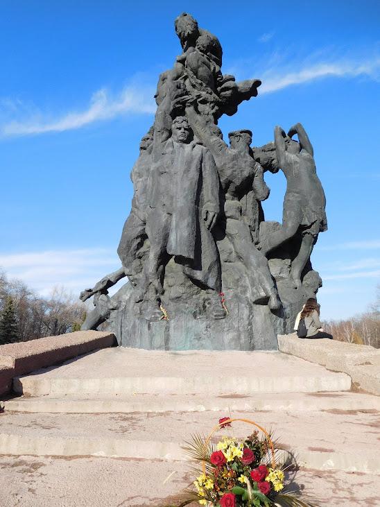 """Mahnmal zur Erinnerung an die Opfer von Babyn Jar. - In der sog. """"Weiberschlucht"""" (ukrainisch: Babyn Jar) wurden die exekutierten Fußballspieler in Massengräbern verscharrt. Babyn Jar, unweit des Start-Stadions, ist vor allem der Ort des größten Kriegsmassakers an Juden vor dem Beginn ihrer industrialisierten Ermordung in den Vernichtungslagern. Die Juden von Kiew wurden unter dem Vorwand der """"Evakuierung"""" in die Weiberschlucht gelockt. Hier wurden an einem einzigen Tag, Ende September 1941, fast 34.000 Menschen erschossen. Maßgeblich beteiligt war die Wehrmacht."""