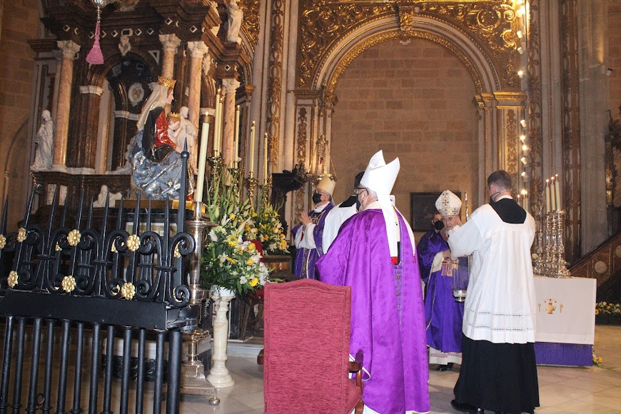 Rezando ante la Santísima Virgen al finalizar la celebración eucarística.