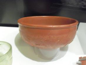 Photo: Terra Sigillata- Schüssel, 135-170 n. Chr., Keramik (Fotos ohne Blitz gemacht). Terra Sigillata Bowl, 135-170 A.D., ceramic (pictures without the flash). Ceramika, II wiek, z pieczęcią Cinnamus - galijskiego garncarza z Lezoux (zdjęcia wykonane bez lampy błyskowej).