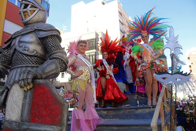 El Dios del Carnaval con las Ninfas y el Dios Momo en el desfile.