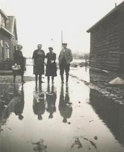 Photo: 1953 Watersnood Jaantje, Cor, ??? en opa Duur