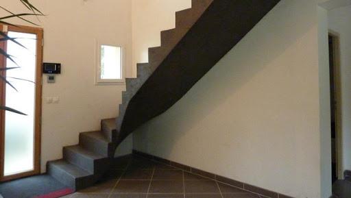 Escalier avec limon et sous-face recouvert de béton ciré