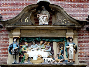 Photo: Das Lazarusrelief am Catarina Gasthuis (1609) in Gouda. Heute ein Museum, war das Haus einst das Krankenhaus der Stadt.