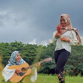 Gitaran dulu gan by Fidan Luthfullahi - People Portraits of Women ( canon, potrait, indonesia, street, surabaya )