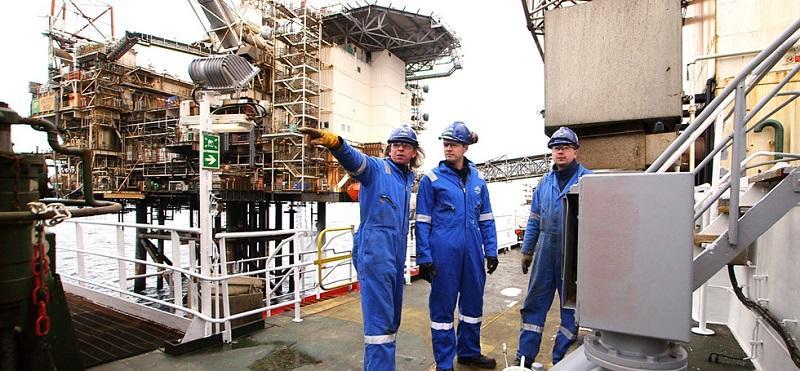 três-homens-usando-vestimenta-contra-eletricidade-em-uma-plataforma-de-petroleo