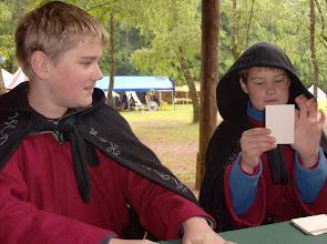 Photo: Die Novizen Björn und Volker beim Kartenspiel.