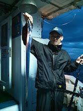 """Photo: 遠征ジギングでしたが、悪天の為、近海ジギングに変更です。 早く着きすぎました。 """"天水さん""""タチウオ4本指サイズキャッチ!"""