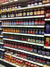Photo: Antes de salir de casa me di cuenta que no teníamos mermelada, así que aproveché y pasé por el pasillo de mermeladas en Target, wow! un gran desplegado.