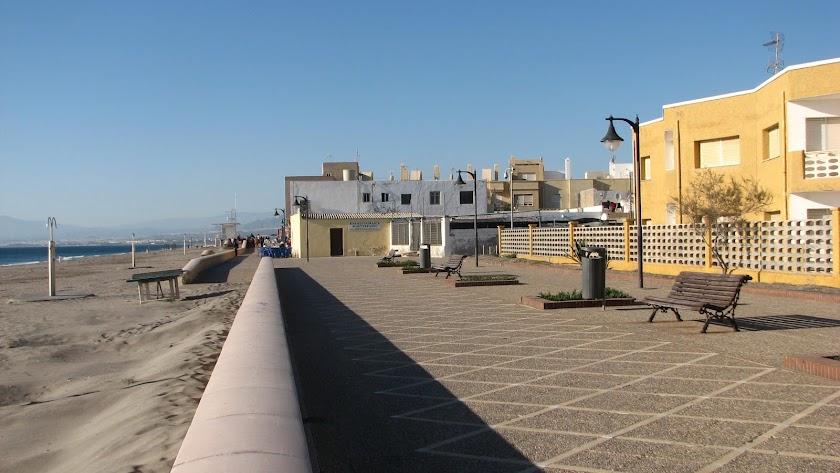 Paseo marítimo del barrio de Cabo de Gata.