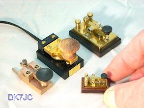 """Photo: Meine  Mini-Tasten aus """"4x4"""" von  """"DK1WE""""  und von Heinz """"DJ4TJ""""  er ist doch der größte denn er hat die kleinste  mir bekannte  funktionierende Taste hergestellt !!!"""
