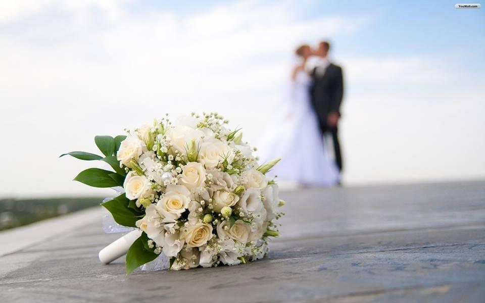 A imagem pode conter: uma ou mais pessoas, casamento, oceano, flor e atividades ao ar livre