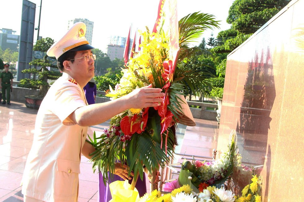 Trung tá Nguyễn Xuân Thư – Trưởng phòng PX04 Công an Nghệ An dâng Người lẵng hoa tươi thắm.