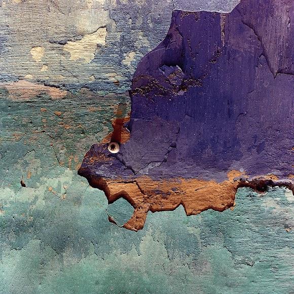 Más desconchones en las paredes de las coloridas casas de La Chanca.