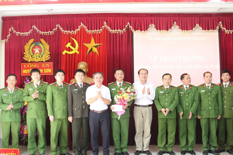 Lãnh đạo Huyện uỷ, UBND huyện Anh Sơn trao thưởng cho Ban chuyên án.
