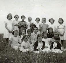 Photo: Rosa Mari Alonso, Candi,....., Trini, Tita,Manolita, Fefi,Mari. Abajo: Lolina, Libi, Tere, Adela (Cundo), Rori, Mari, Eva Alonso, Josefa, Toña y Pilarin.