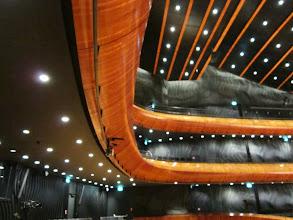 Photo: Balkony. Ciepłe drewno jak instrumentów smyczkowych i forma jakby art deco