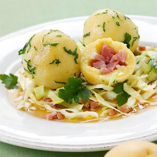 Selchfleischknödel mit saftigem Krautsalat