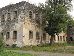 Photo: Ruiny grangii cysterskiej w Winnicy. Obecne zabudowania pochodzą z XVII i XVIII wieku. Najciekawsze z nich to kuźnia, dwukondygnacyjny budynek w kształcie litery L, budynek prepozytury, dom konwersów i pawilon ogrodowy z bramą. Całość pomimo, że jest w zaawansowanej ruinie wygląda imponująco. Do środka niestety wejść nie można, ale przez pozbawione szyb okna można zauważyć wewnątrz resztki bogatej dekoracji ściennej. http://dolny-slask.org.pl/510735,Winnica,Grangia_cysterska.html