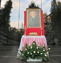 Photo: Ołtarzyk polowy z portretem i relikwiarzem św. Andrzeja Boboli wystawiony na scenie koncertowej podczas IV Parafialnego Dnia Wspólnoty w dniu 12 września 2015 r.