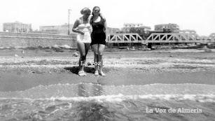 La playa de la desembocadura de la Rambla en los años de la posguerra, un escenario destartalado marcado por la suciedad del mineral de hierro.