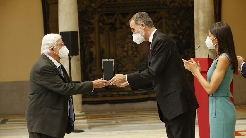 El fotógrafo, recibiendo de mano del rey Felipe VI la Medalla de Oro al mérito en las Bellas Artes.