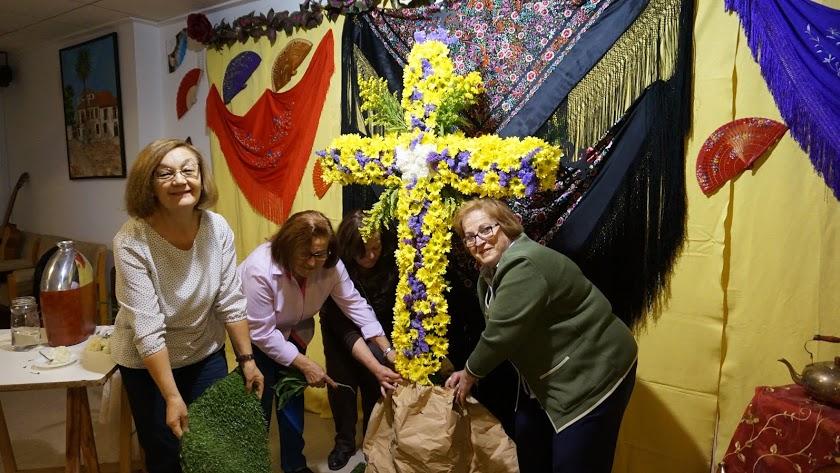 Foto de archivo de una cruz de mayo preparada por vecinos de Vera.