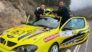 Indalecio Muñoz con su copiloto, José Manuel Sánchez Acacio.