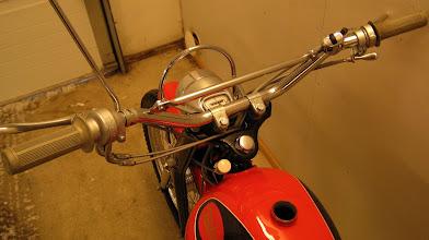 Photo: Tunturi Trial 60. Eroja 61 -malliin kolmiomallinen hopeanharmaa Huret -mittari, kierrekorkkitankki