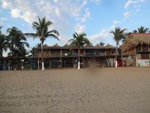 Photo: Takle bezprostředně na pláži jsme bydleli. Naše místnost je ta za prostřední palmou.