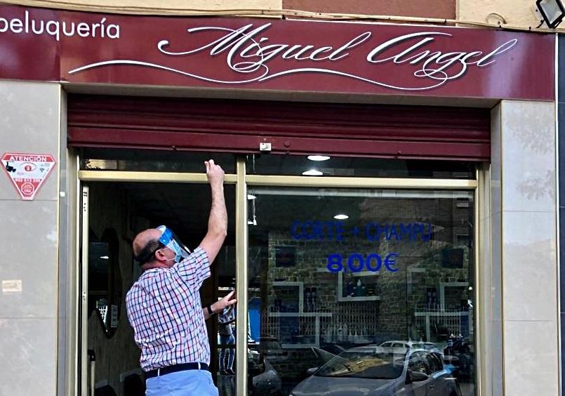 Miguel Ángel Martín abriendo su peluquería en el primer día de la Fase 0.