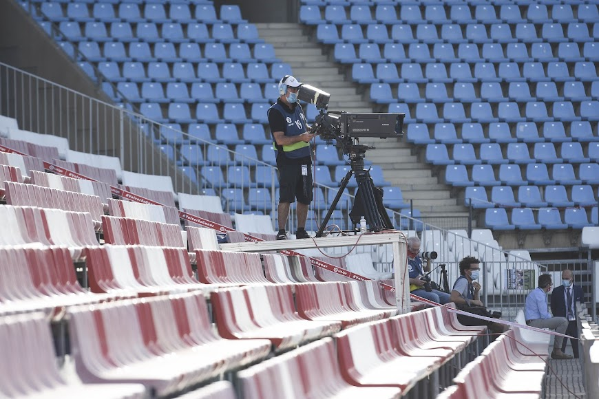 La soledad del cámara de televisión en el Fondo Sur del Estadio Mediterráneo.