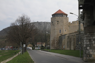 Photo: Prechádzam okolo hradieb stredovekého Hainburgu, vzadu vrchol Braunsbergu
