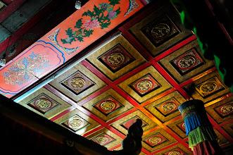 Photo: Monastère Gandan : bien qu'intégralement restauré, le temple initial conserve sa superbe. Motifs fleuris et colorés, qui évoquent l'influence indienne, mais motifs géométriques importés de l'Empire du Milieu.