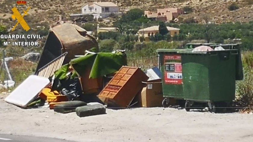Los muebles depositados por un vecino de Cantorio junto a un contenedor de basura orgánica.