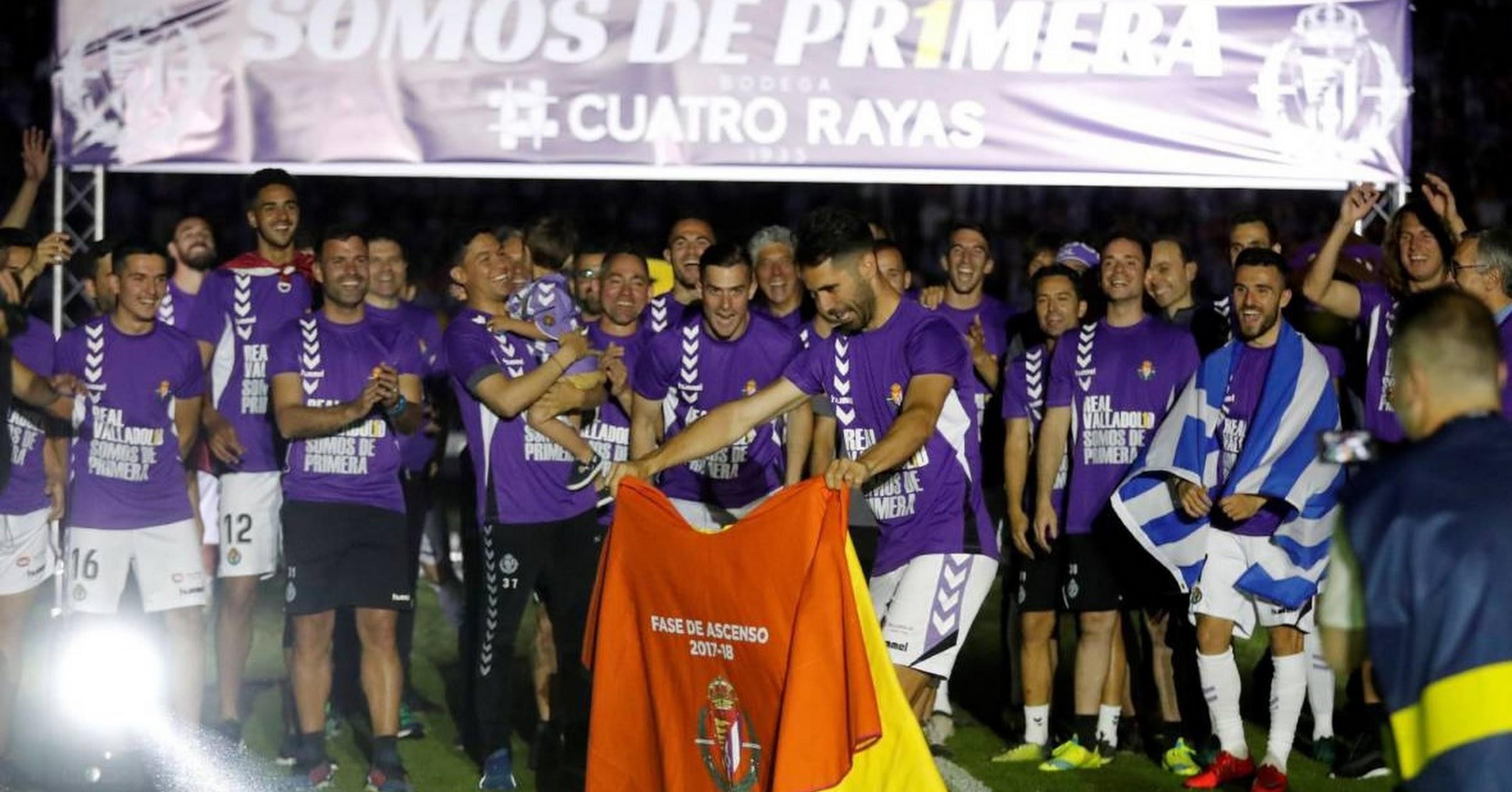 Los jugadores celebrando el ascenso a Primera.