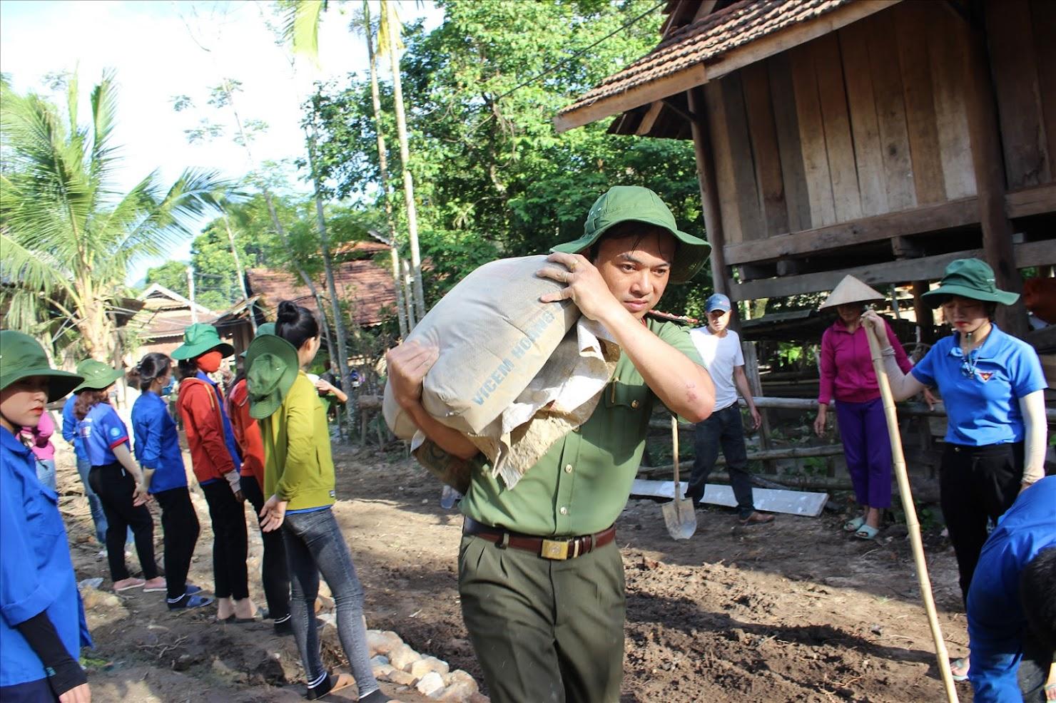 Công an Nghệ An tích cực hỗ trợ bà con làm đường nông thôn mới