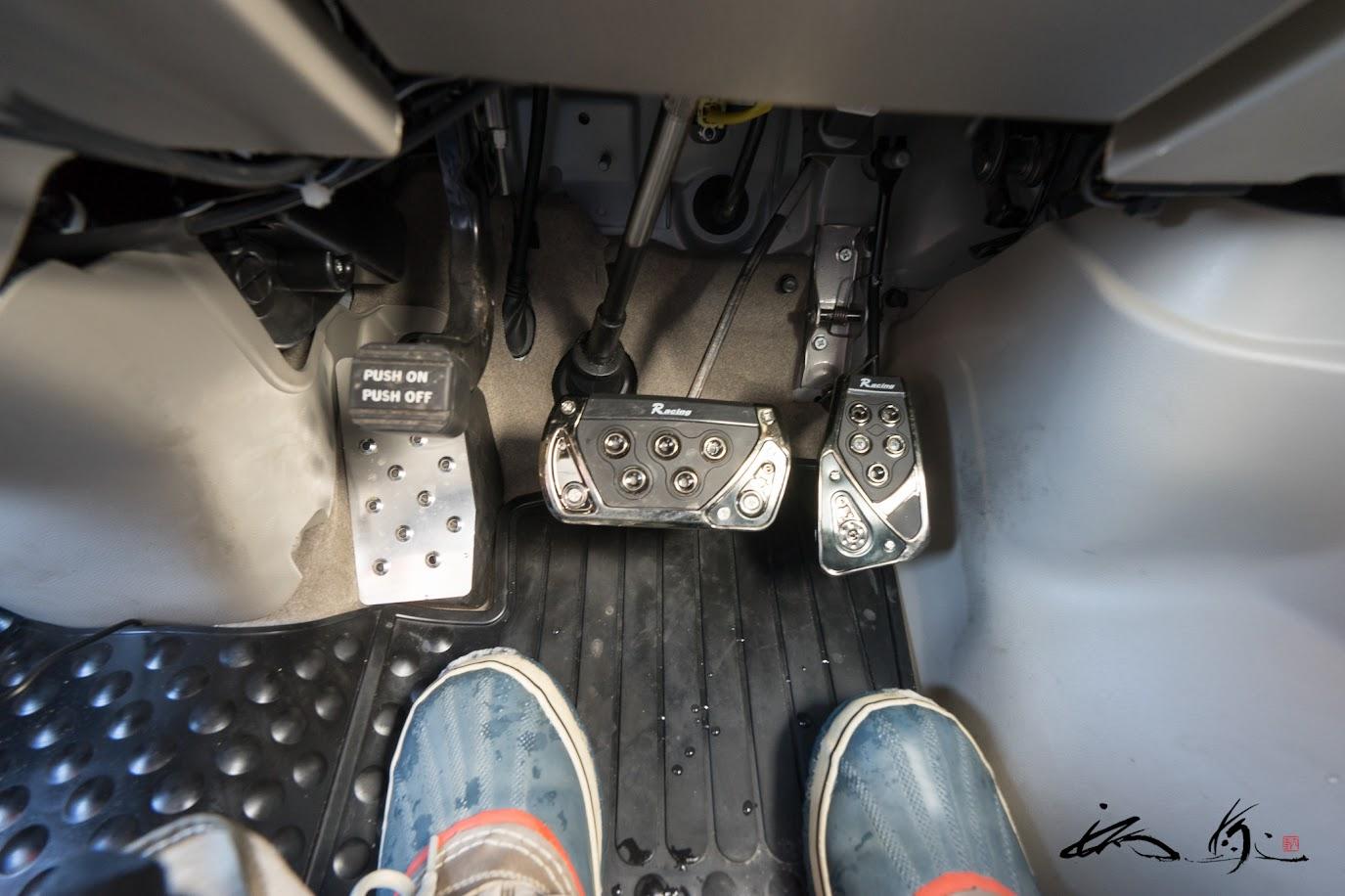 カーメイト社製RAZO GT SPECペダルセット、スズキ純正フットレストカバー