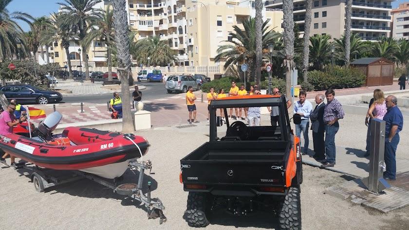 Dos vehículos y una embarcación nuevos para la limpieza de playas