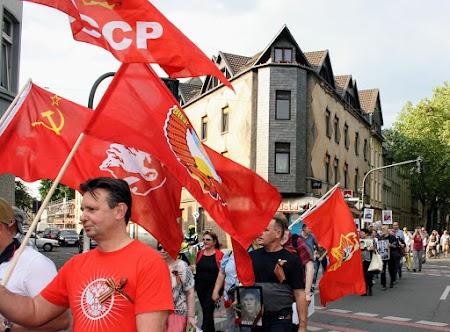 Demonstrierende mit roten Fahnen.