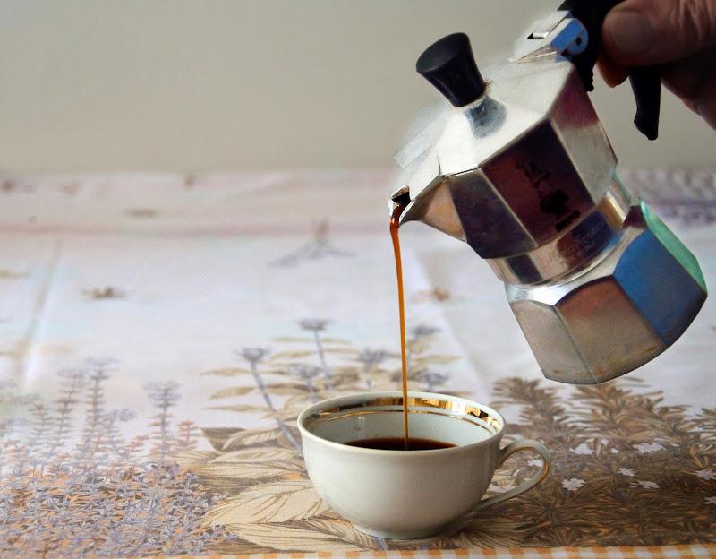 La moka  e una tazzina di caffé di Rossella13