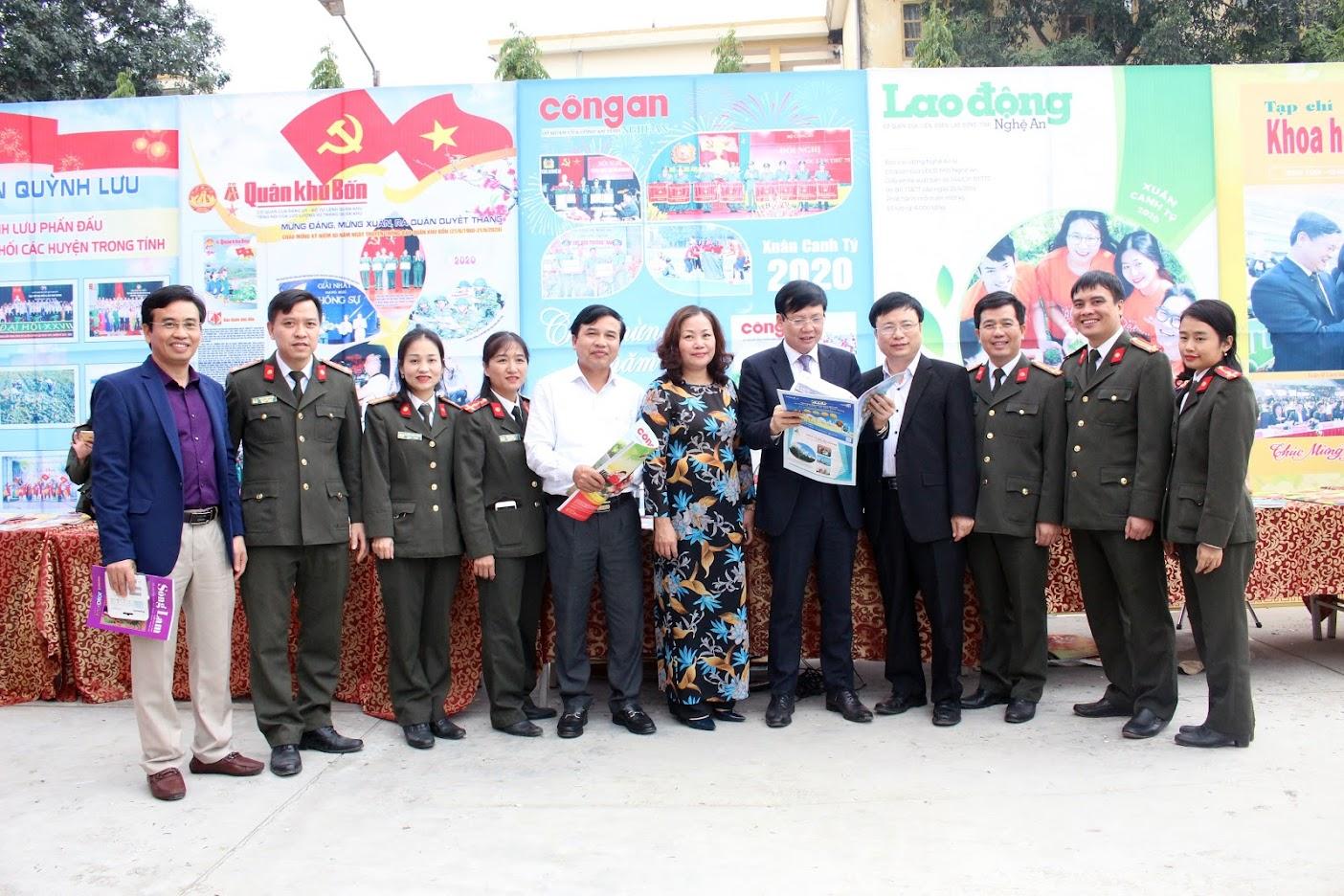 Các đại biểu chụp ảnh lưu niệm với Ban biên tập, cán bộ, phóng viên Báo Công an Nghệ An