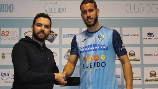 Javi Fernández presentando al nuevo jugador celeste.