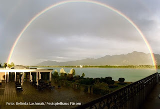 Photo: FÜSSEN: Regenbogen über Neuschwanstein  in der ersten Pause Götterdämmerung am 17.9.2015. Foto: Belinde Lachmair