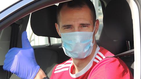 Radosav Petrovic dando el OK a LA VOZ en la puerta del Estadio.